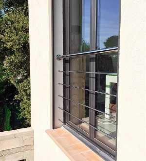 Rambarde en inox pour protéger une fenêtre