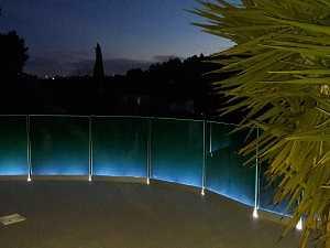 Garde-corps tout verre sur profilé en extérieur avec LED