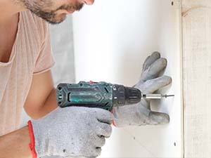 Perçage d'un mur pour l'installation d'une tige filetée