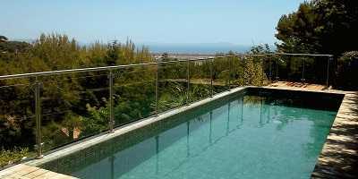 Barrière de piscine en verre avec main courante