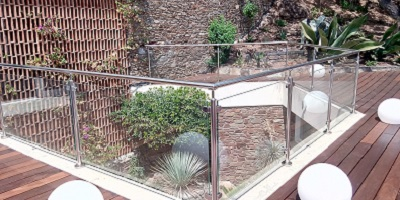 Rambarde en verre design avec poteaux inox