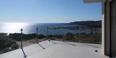 Garde-corps en verre sans main courante sur une terrasse