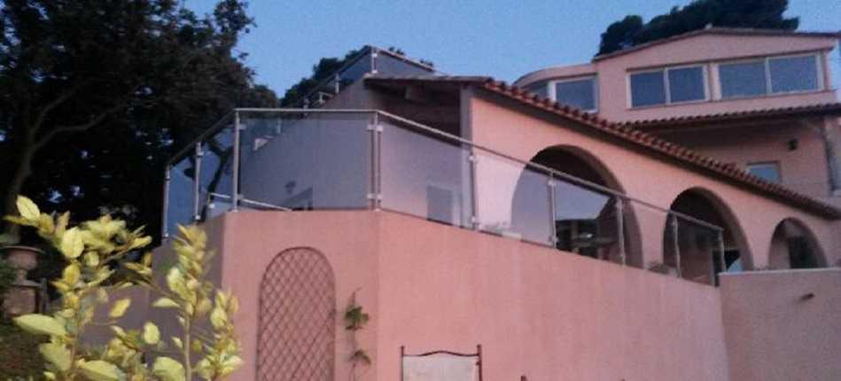 Garde-corps en verre sur un balcon