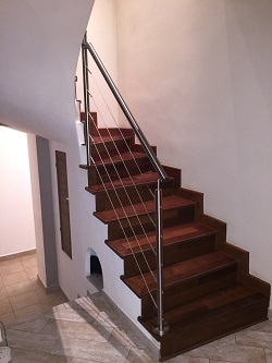 Garde-corps en inox sur un escalier en bois