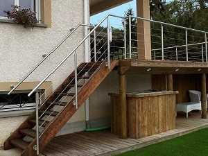 Rampe extérieure sur un escalier en bois
