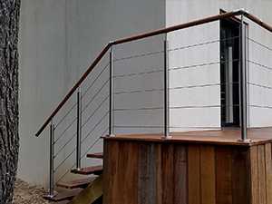 garde-corps escalier extérieur 5 câbles en inox et bois exotique