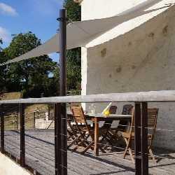 Voile d'ombrage sur terrasse avec mâts