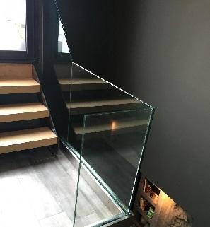 Garde-corps tout en verre sur un escalier en intérieur