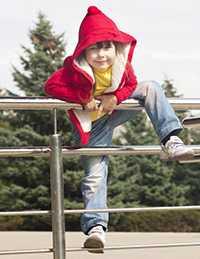 Enfant sur une balustrade inox