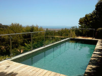 Une clôture piscine en verre en habitation privée