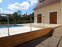 Rambarde en extérieur près d'une piscine