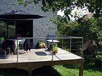 Rambarde inox sur une terrasse en bois