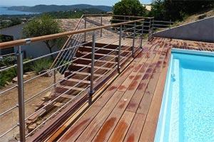 Rambarde avec 5 tube en inox sur une terrasse en bois